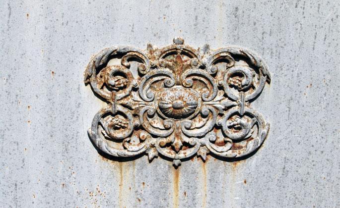 particolare del cancello antico in ferro battuto